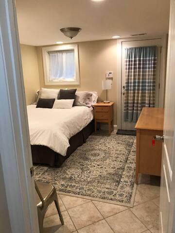 Bedroom with queen bed and Casper mattress.