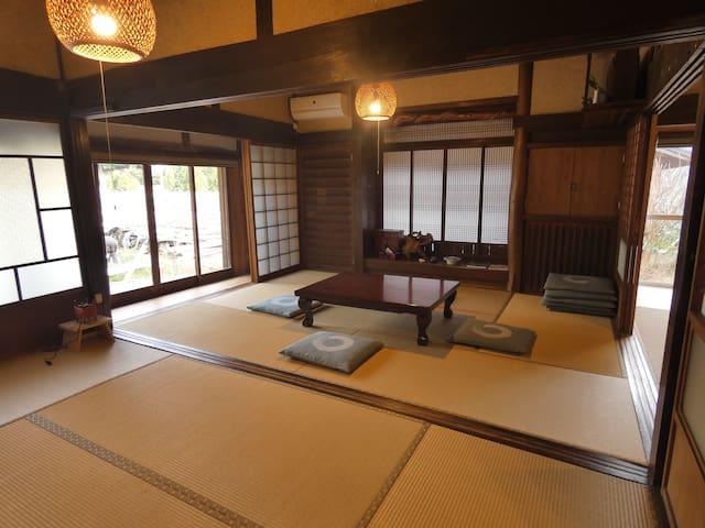 10畳和室  古民家特有の広々とした和室です。
