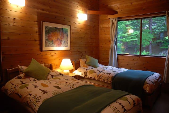 Bed room 1 : Two singles, air conditioner, etc... 2階の第1寝室です。シングルベッド2台、エアコン等。ふかふかの羽毛布団をセットしております(夏は変更)。
