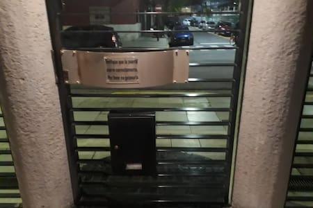 112 cm puerta de calle Hay un escalón en la entrada de la calle