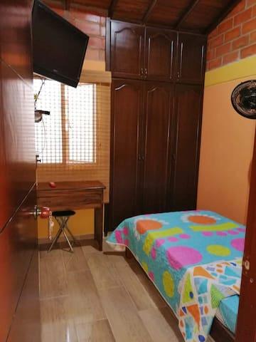 habitacion vista de la puerta de ingreso