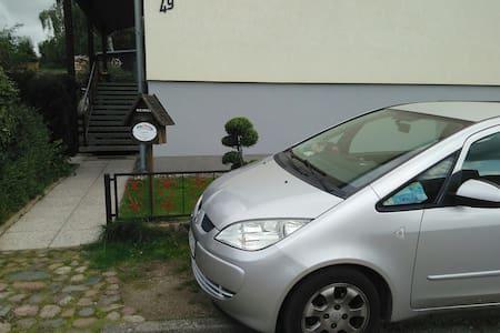 Das Auto bitte ganz dicht am Zaun mit Fahrtrichtung zum Briefkasten abstellen .