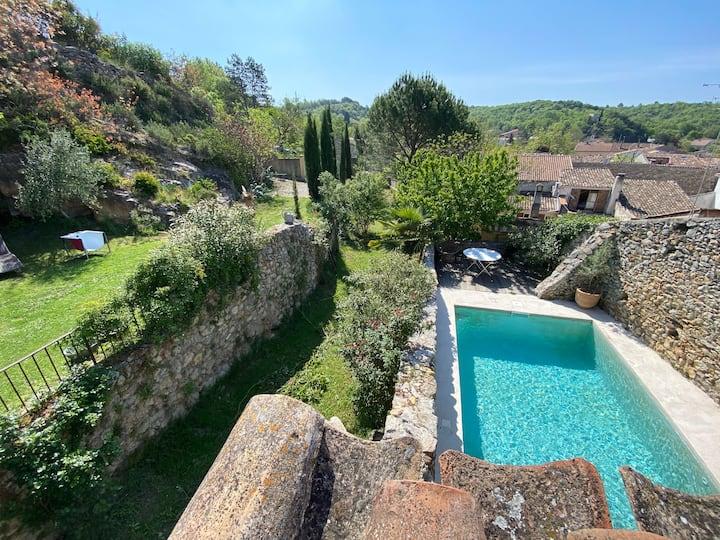 Mas Provençal avec Piscine au centre d'un village.