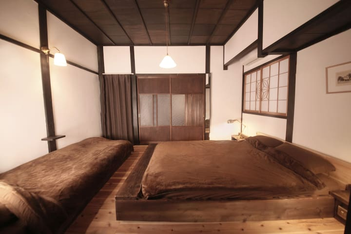 2F   <客室B> ダブルベッドとシングルベッドからなるフロアリング仕様和室。最大3名収容。  【Room B】   Semi-Japanese style  room with a double bed & a single bed for 1~3 person use.