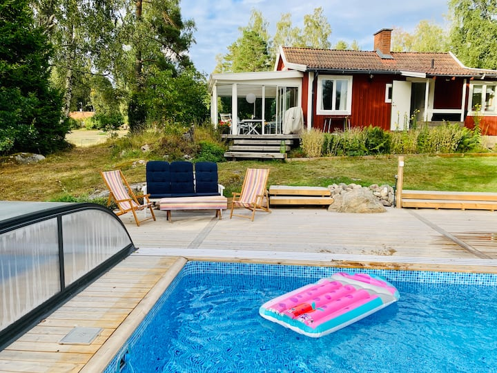 Holiday home w private pool close to sea, Nyköping