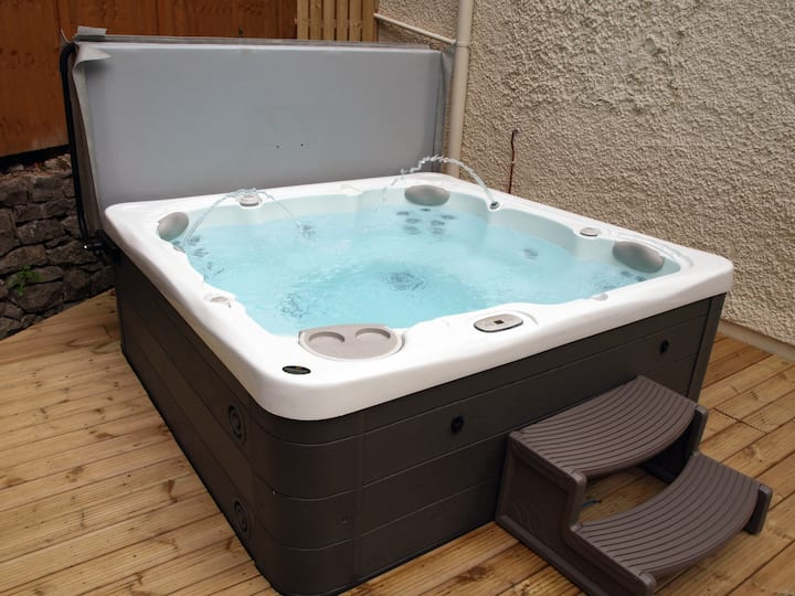 Cottage with private Hot Tub, 5 mins to beach