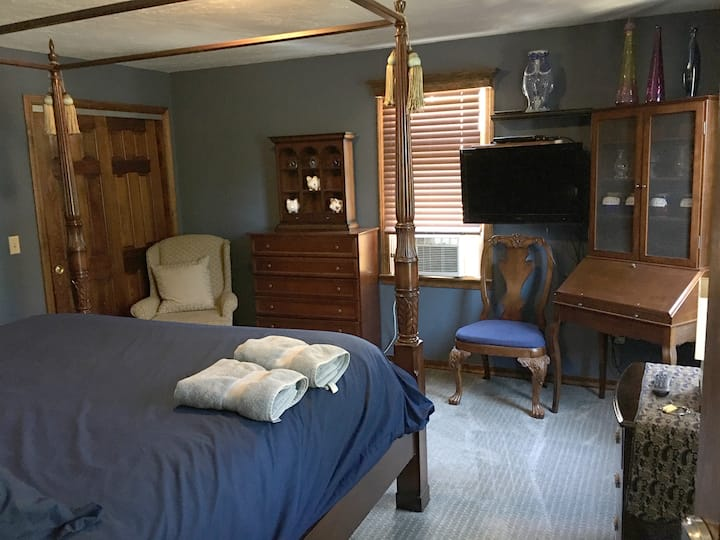 Ptown Colonial King Bedroom (pvt use bath in hall)
