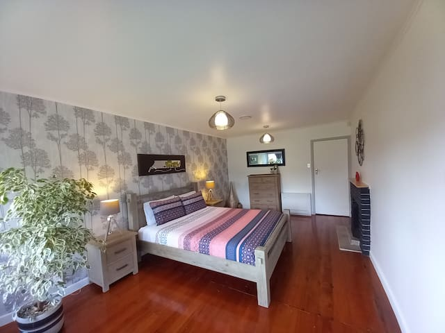 Large stylish 2nd bedroom with air conditioning & sea views and en-suite