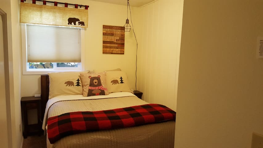 Cozy Cabin bdrm w/double bed