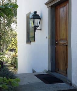 Laterne neben der Haustür (zusätzlich sind am Haus zwei starke Scheinwerfer installiert, die den ganzen Vorplatz beleuchten.