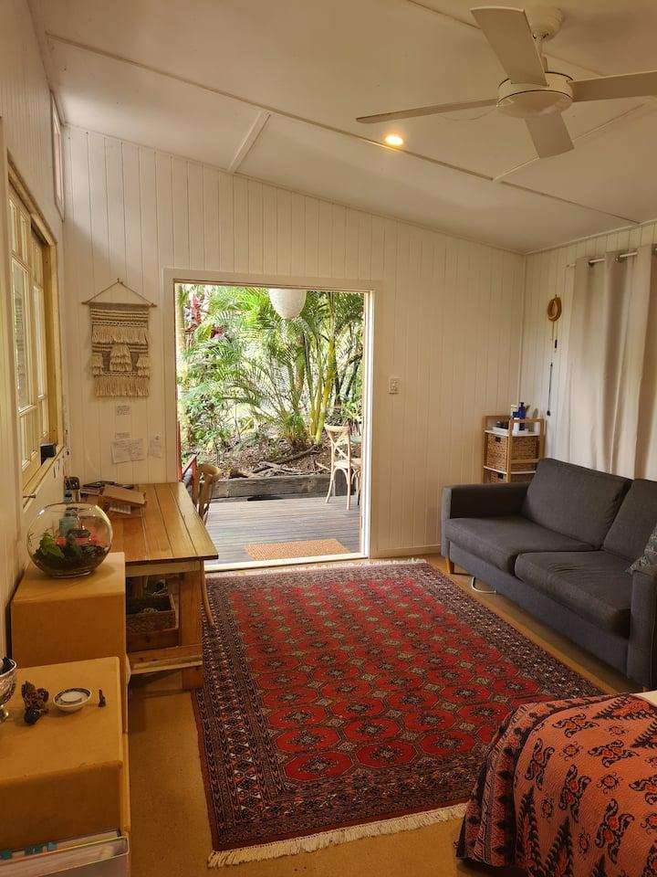 Boutique, bright private cabin. 4 mins from beach.