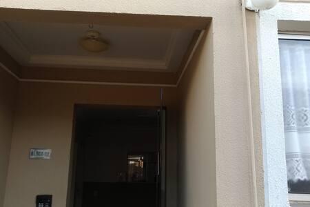 Luminária na porta de acesso e nos corredores são lâmpadas por sensor