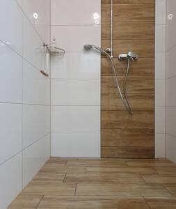 Die Dusche ist begehbar. (Duschrinne)