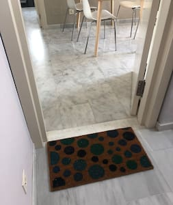 From the elevator you reach the door to the apartment without stairs or thresholds. The front door are 75 cm wide.   !!!Note that the door posts are between 55 cm and 70 cm inside the apartment between the various rooms!!!