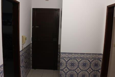 Hall da entrada da casa para onde dão todas as portas
