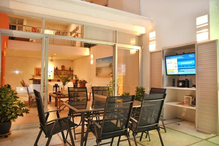Comedor Exterior No. 2. Capacidad (6) personas, TV+DIRECTV, Parlante con Bluetooth. Toldo/carpa eléctrica, automática disponible.