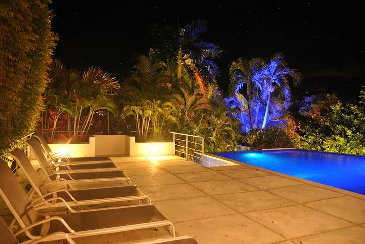 Playa, asoleadoras x 6, ducha piscina