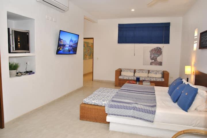 Habitación No. 1 con balcón. Habitación Principal con (1) cama king size. Posibilidad de (1) sofá-cama. Capacidad 4 personas. TV - DIRECTV, A/A y ventilador. Minibar. Cajilla de seguridad.