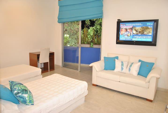Habitación No. 2 con balcón. Habitación con (2) camas sencillas y  (1) sofá-cama. Capacidad 3 personas. TV - DIRECTV, A/A y ventilador. Cajilla de seguridad.