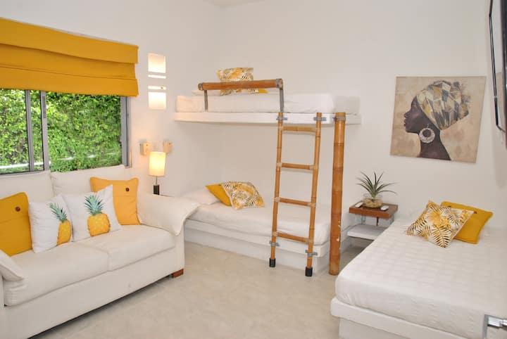 Habitación No. 4. Habitación con (3) camas sencillas y (1) sofá-cama. Capacidad 4 personas. TV - DIRECTV, A/A y ventilador. Cajilla de seguridad.
