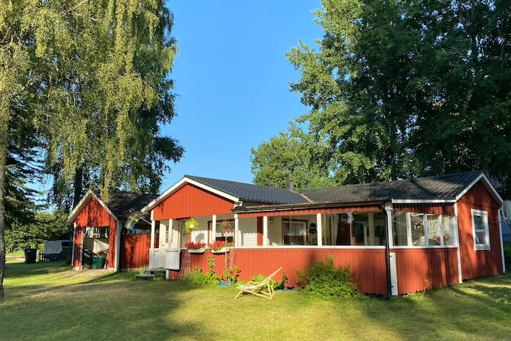 House 150m from lake, with large patio and cottage
