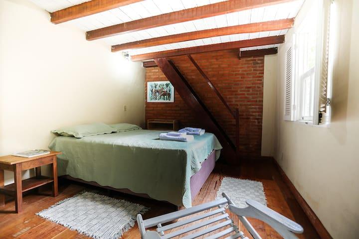 Suíte Pinho cama de casal e mezanino