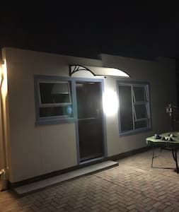 Gästezugang bei Nacht