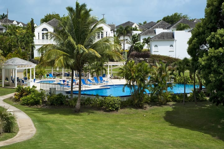 Stunning Condo by Pool, Close to Beach #111
