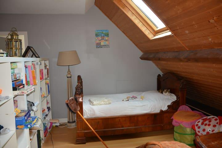 1er étage Pallier avec espace de détente: lit bateau 90, petit écran plat et lecteur DVD, bibliothèque enfants et adolescents, jeux de société, coffres à peluches.
