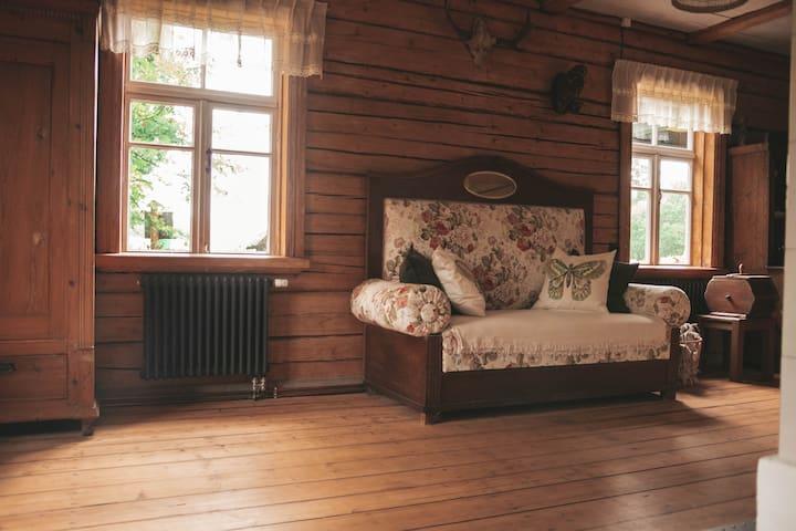 Ziedošā sofa mājas vēsturiskajā daļā.