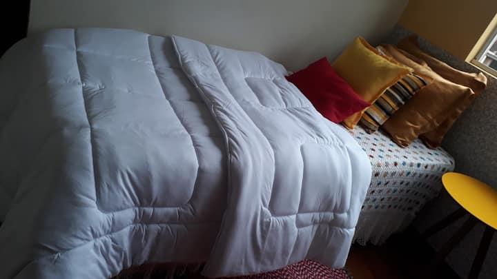 Suite de solteiro, arejada e com  ventilador