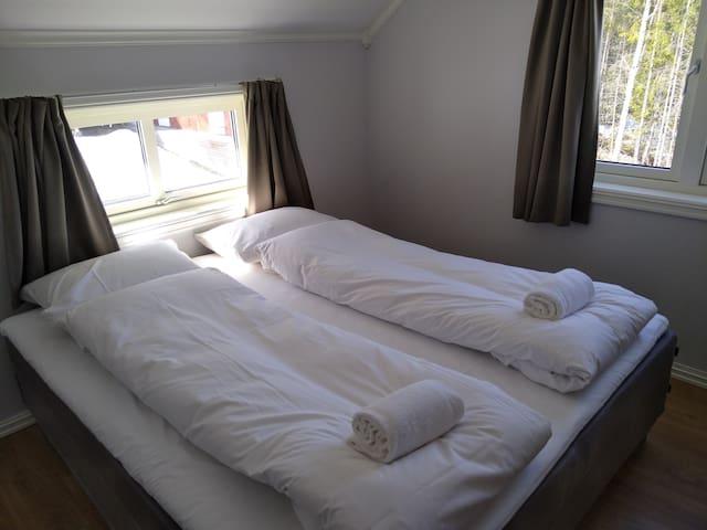 King-size i alle soverom. Dette bildet er fra soverom nord-vest. Det er også en køyeseng i dette soverommet.