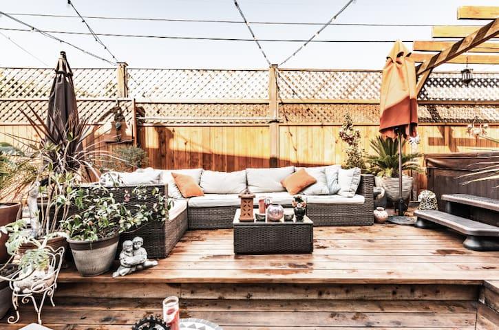 Martony's BNB and Zen Garden Hot Tub & Sauna Suite