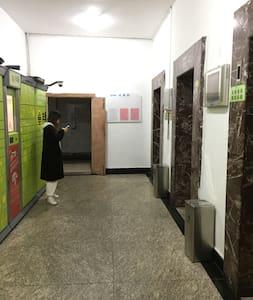 公寓电梯走廊。