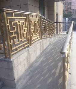 ممر خالٍ من الدرجات إلى المدخل الخارجي