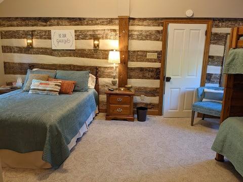 Charming Queen Room at Stonewycke B&B
