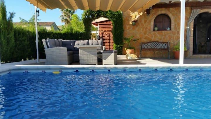 Villa avec piscine privée et vue exceptionnelle.