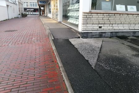 ohne Probleme direkt von Auto auf dem  Bürgersteig bis zum Fahrstuhl.