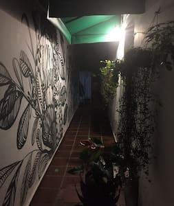 Entrada do hostel à noite.