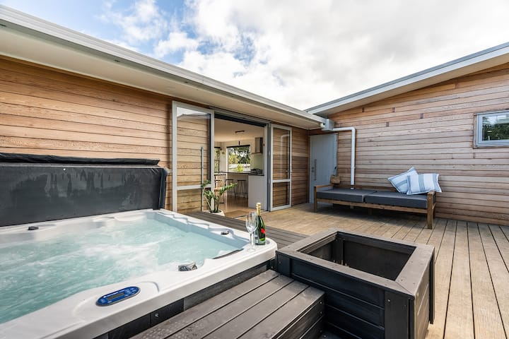Stylish, Sunny & Spa + 3min walk to Oneroa Shops