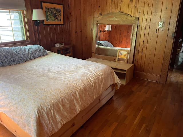 Queen bed/ private bath