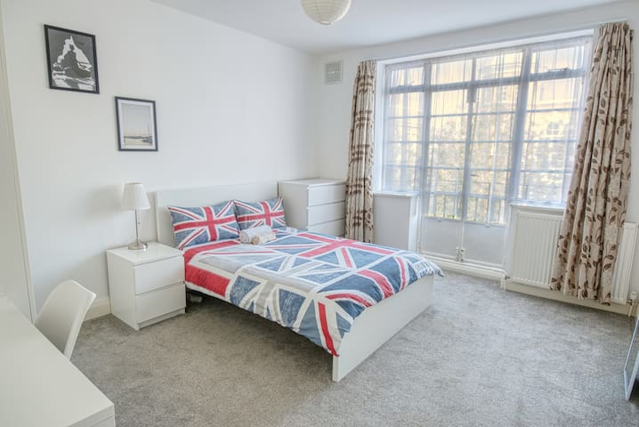 BRIGHT ROOM WITH BALCONY - LONG STAYS WELCOME