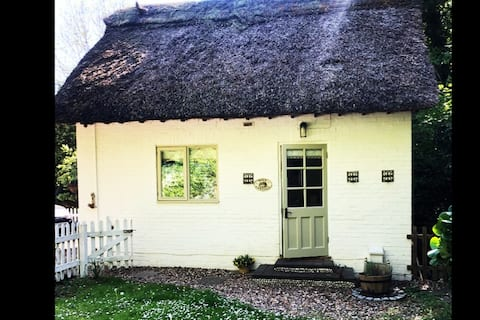 Fairytale Cottage & garden. Dogs welcomed!