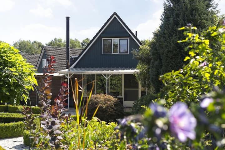 Luxe 5-persoons boshuisje met grote tuin