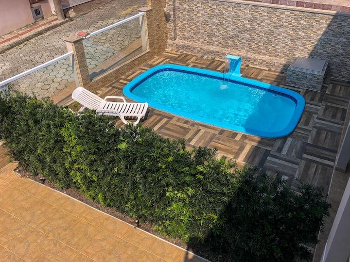 Belíssima casa com piscina em Canto Grande