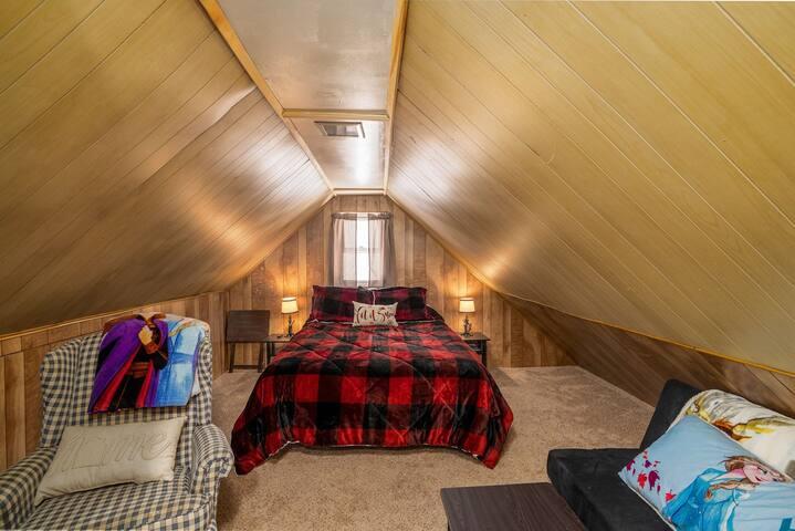 Loft bedroom - Queen bed