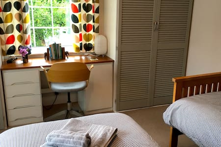 Sidmouth: Quiet twin room, private bath, breakfast