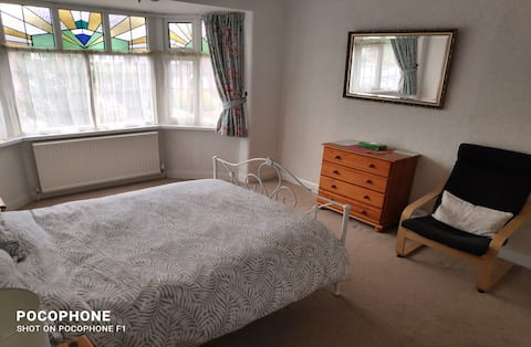 Spacious double bedroom, close to airport