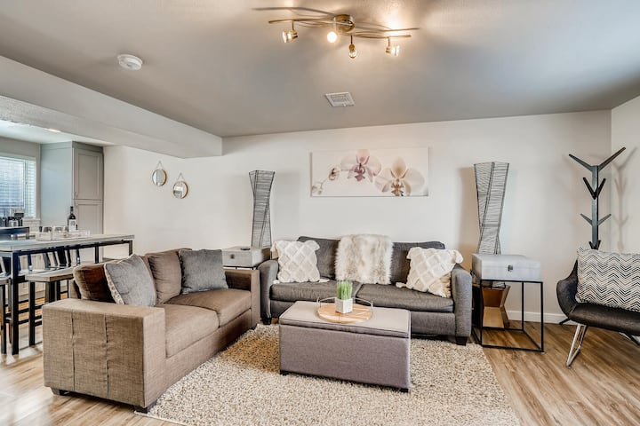 Spacious townhome between downtown & mountains!