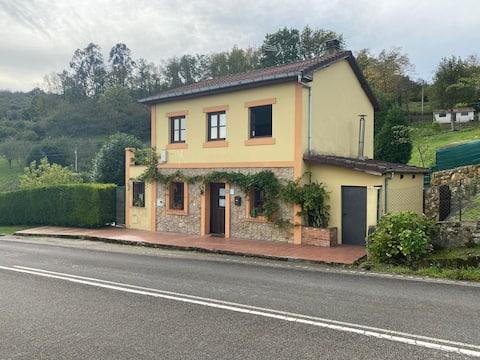 Confortable casa con chimenea y jardin en Asturias